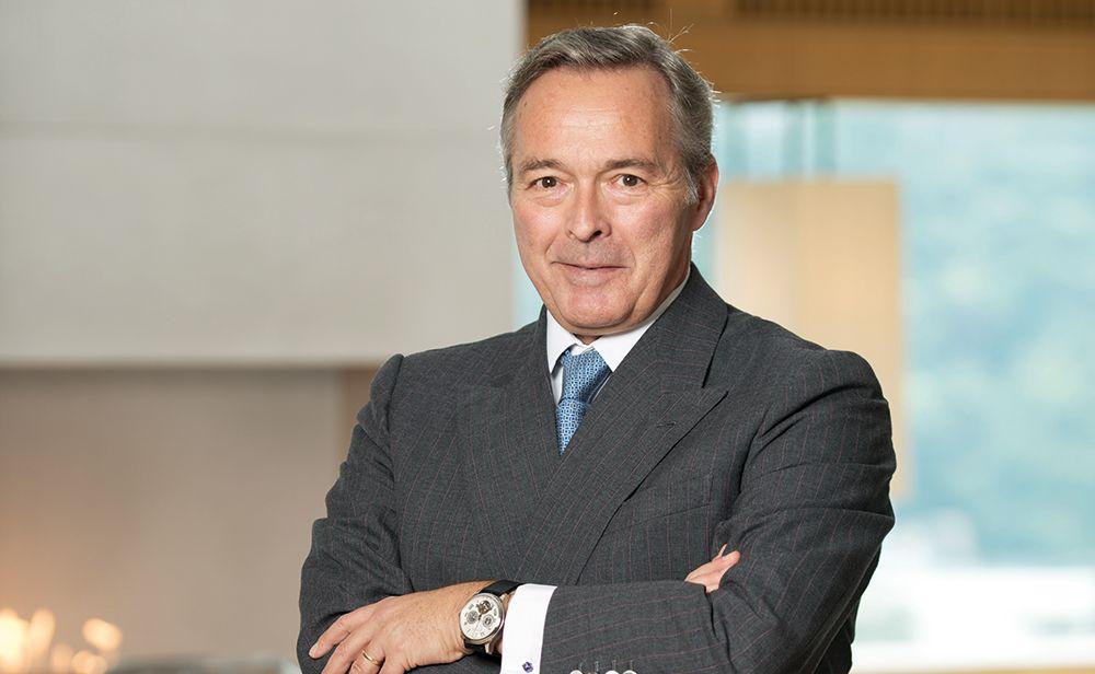 Karl Friedrich-Scheufele copresidente de Chopard y fundador de Ferdinand Berthoud con traje gris y corbata azul