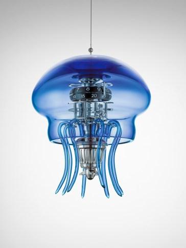Reloj medusa en color azul colgando del techo