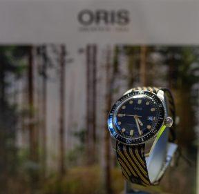 Reloj Oris en color negro con detalles en color amarillo visto del lado derecho