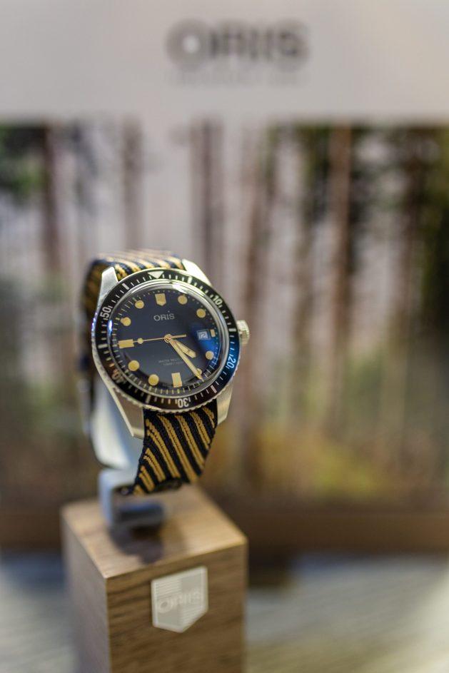 Reloj Oris en color negro con detalles en color amarillo