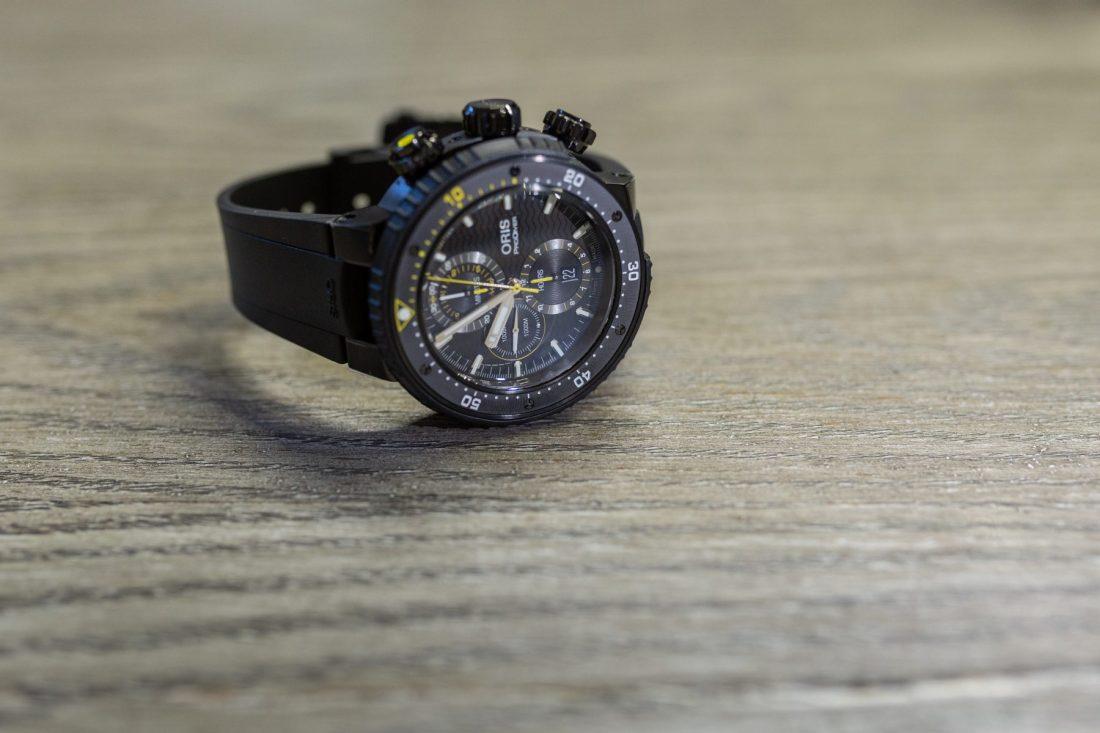 Reloj negro Oris con detalles en color amarillo y blanco