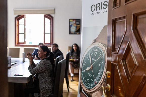 Personas sentadas en la sala del evento