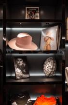Sombrero y fotografia de Lady Gaga y Balon y fotografia de Beckham