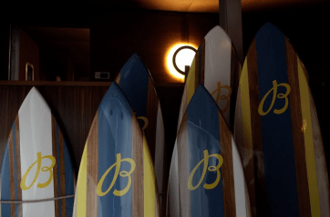 Tablas de surf con color azul, amarillo, blanco y anaranjado