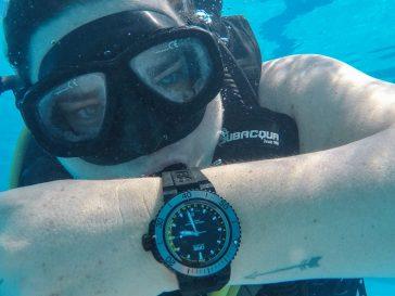 Gerardo utilizando el reloj Oris bajo el agua