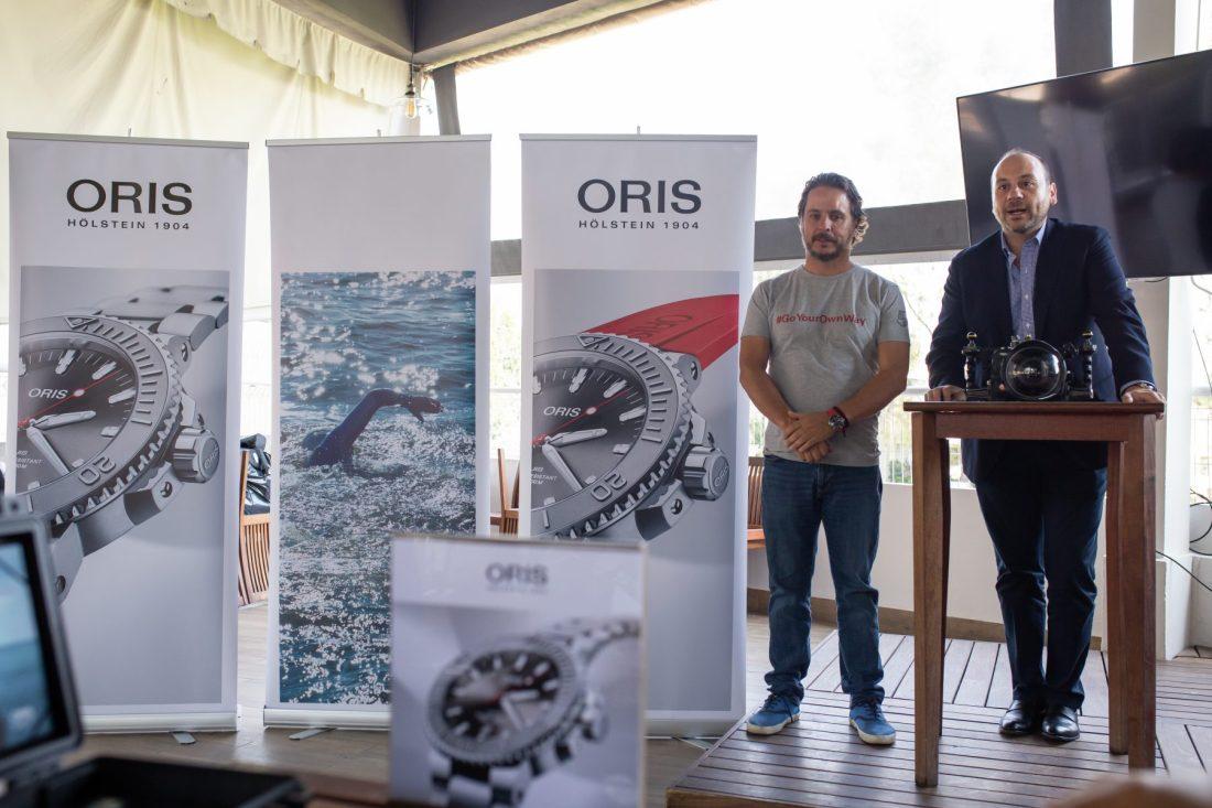 Gerardo del Villar y Alberto Rodríguez junto a publicidad de Oris
