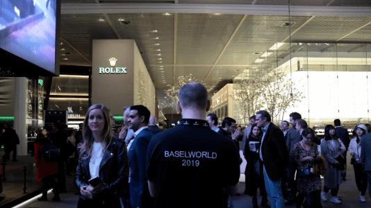Hombre con playera negra con la leyenda Baselworld 2019