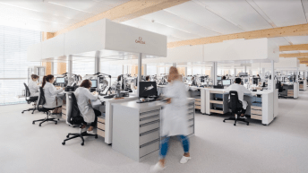 Personas con bata blanca trabajando en un laboratorio de omega