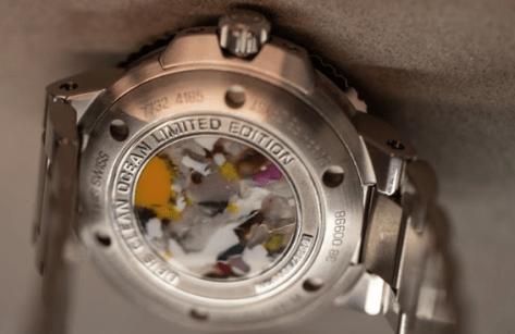 Vista de la parte trasera del reloj Oris en color plata con algunos detalles de colores