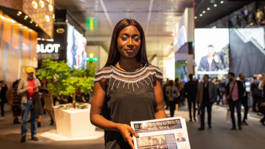Mujer con un periodico de Baselworld en las manos