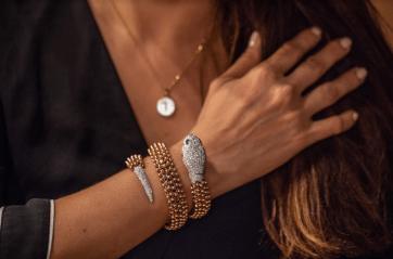 Mujer mostrando su brazo con la pulsera de serpiente de Bvlgari