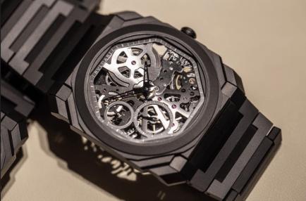 Reloj Bvlgari en color negro con engranajes al centro y pequeñas piedras rosadas