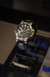 Reloj Casio con detalles en diferentes colores dentro de una vitrina