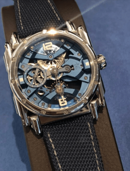 Reloj con correas tejidas en negro y detalles en color plateado y azul