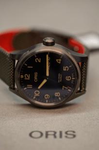 Reloj Oris en color negro con detalles en color rojo y dorado