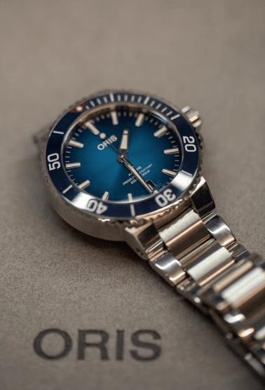 Reloj Oris en color plata con detalles en tonos azules y blanco
