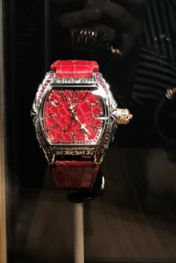 Reloj en color rojo con detalles en color plateado