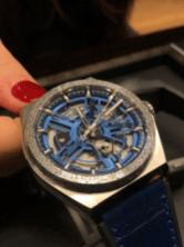 Reloj con correas azules y detalles en plata y azul