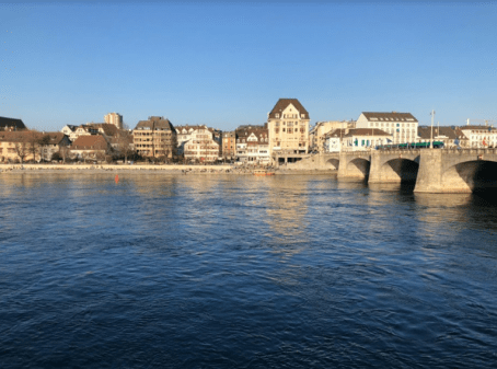 Casas alrededor de un rio y un puente