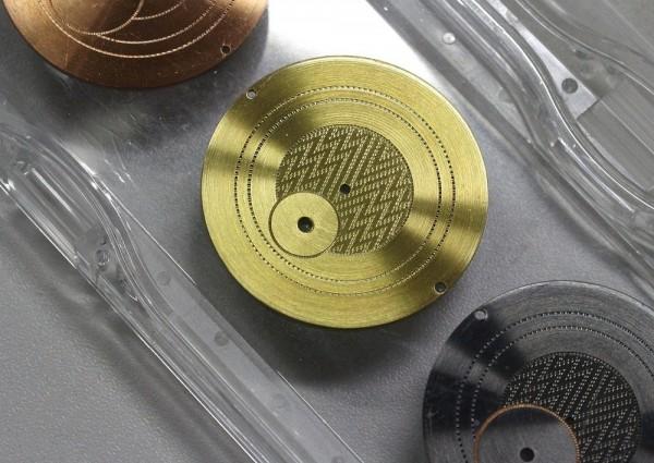Piezas de oro y plata con el arte Guilloché