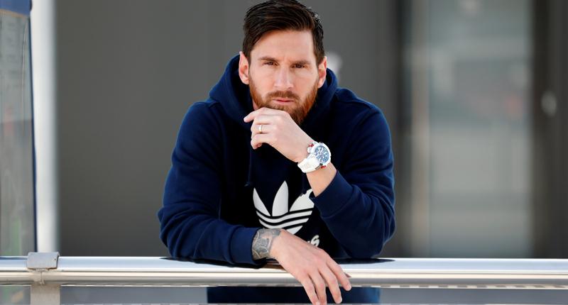 """Messi con sudadera azul con el reloj """"Messi"""" EPIC X CHRONO en el brazo"""