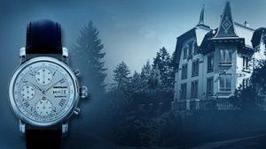 Imagen en escala de azules de un reloj Montblanc junto a una casa antigua