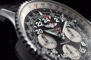 Cartaula de un reloj en color plateado con detalles en blanco y negro con taquímetro