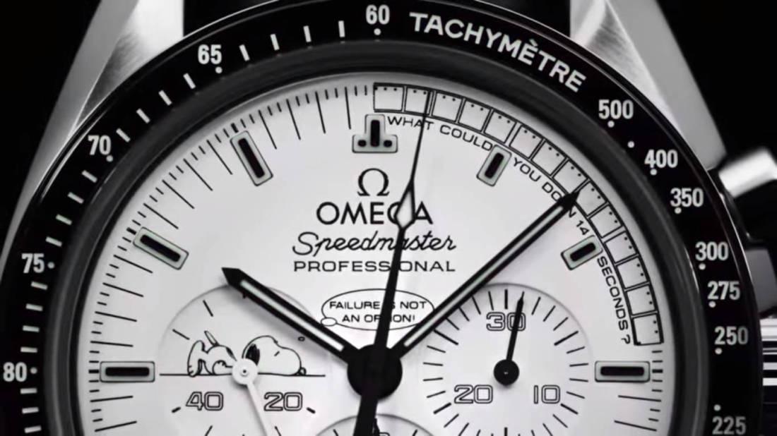 Caratula de un reloj con detalles en color negro con blanco y taquímetro