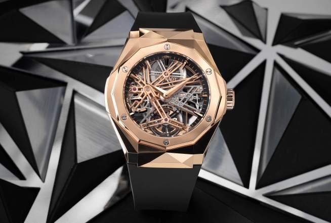 Reloj con correas negras y caratula en color dorado con detalles plateados