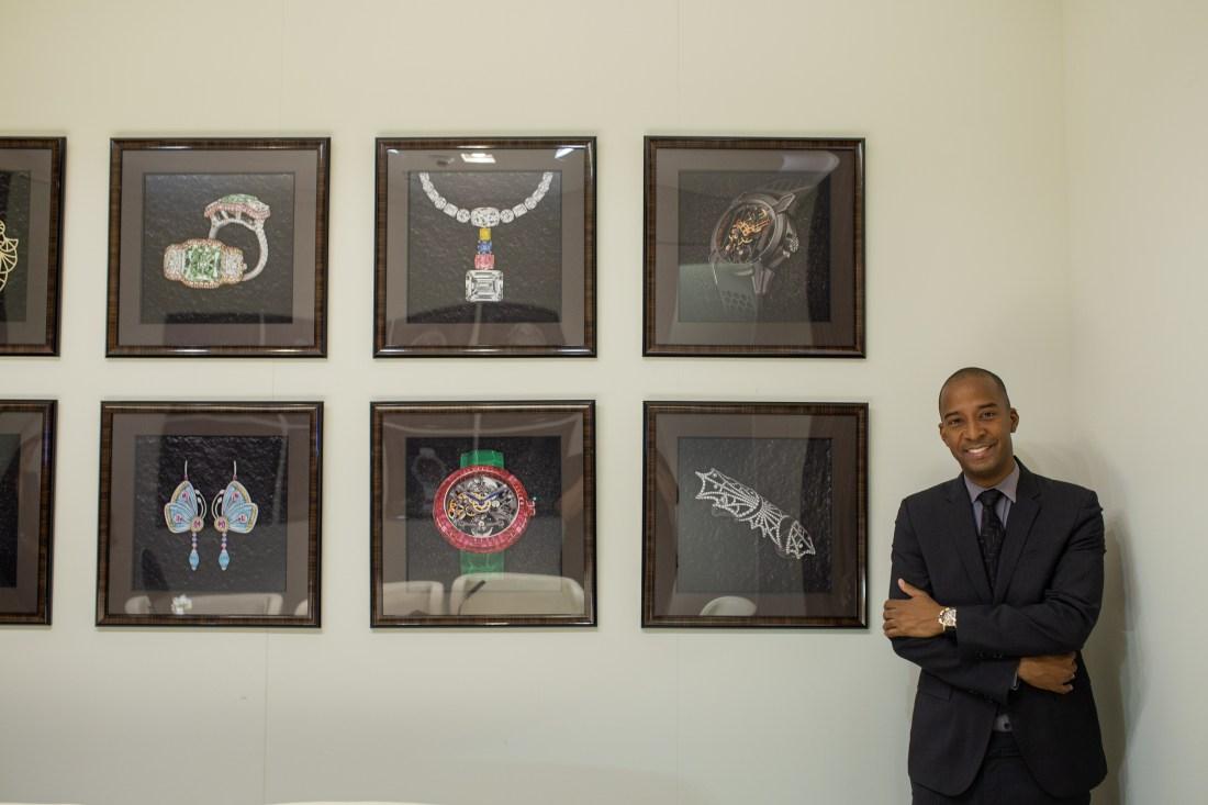 Dwayne Grannum a lado de diferentes cuadros de joyas