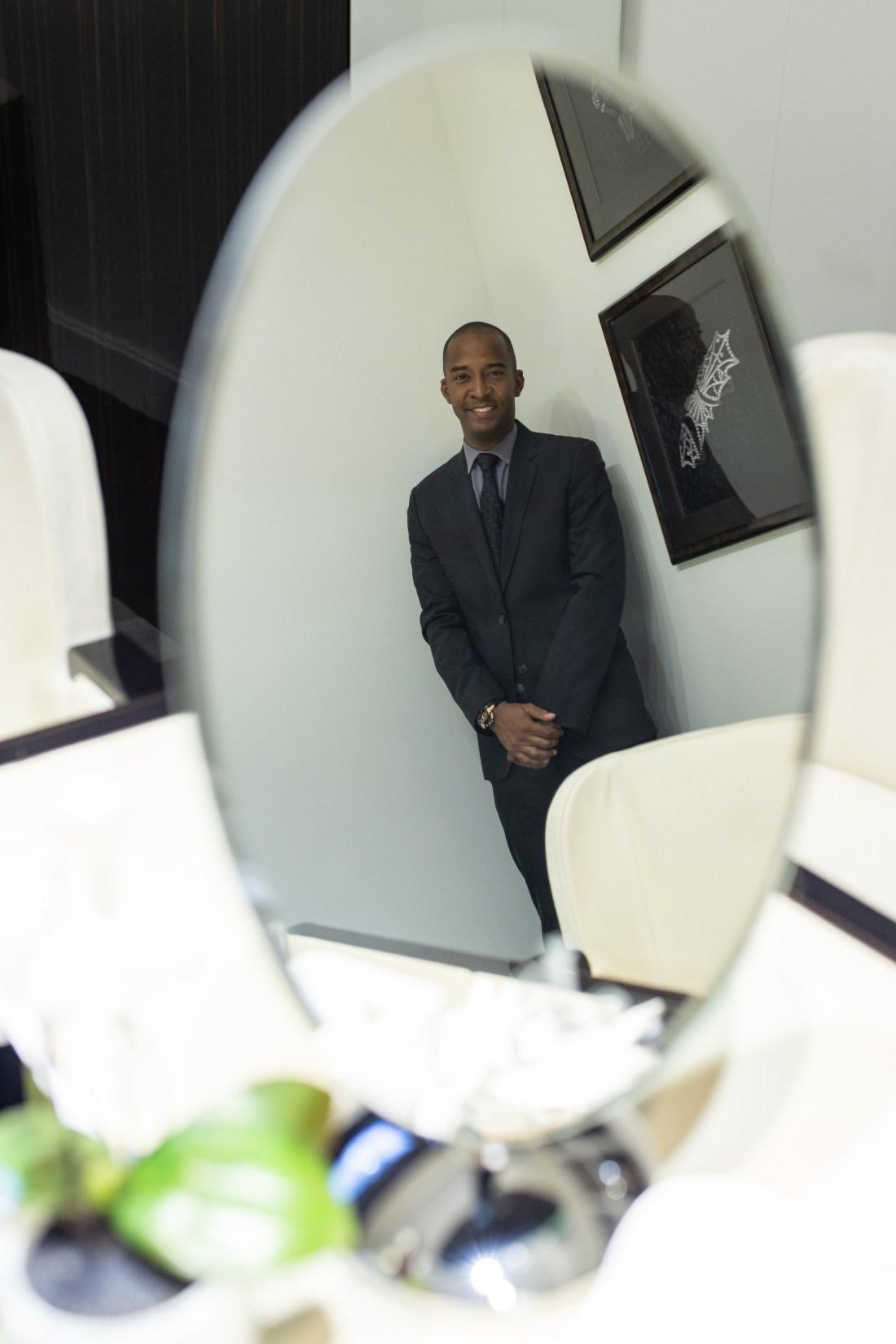 Dwayne Grannum reflejado en un espejo