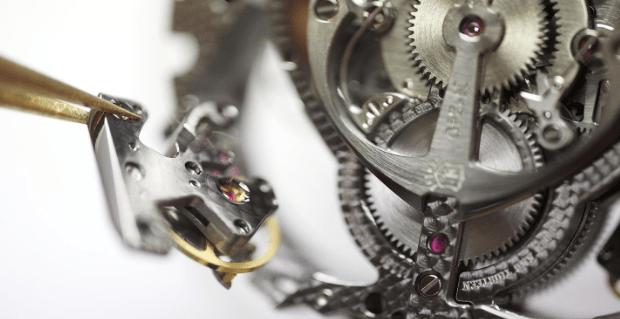 Espiral y piezas plateadas de un reloj