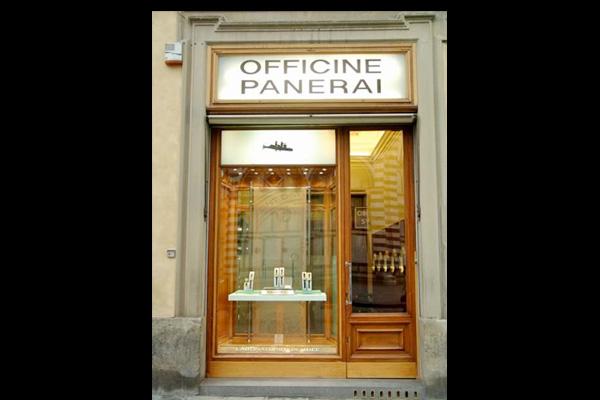 Entrada con cristales y madera a Office Panerai