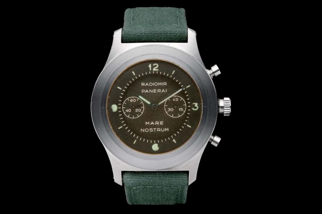Reloj con correas en color verde con caratula en color plateado con café