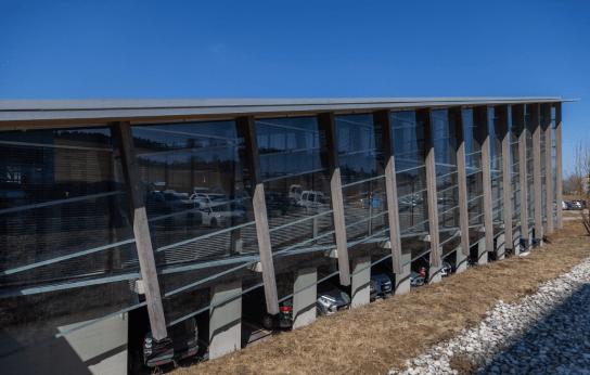 Edificio con ventanales grandes de la Manufactura Greubel Forsey