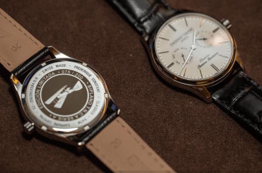 Reloj con correas negras y caratula en plateado con blanco visto de frente y por detrás