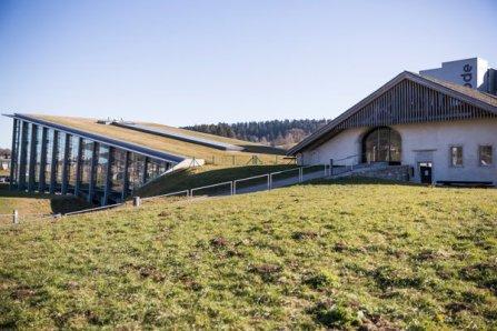 Edificio Manufactura Greubel Forsey en medio del campo