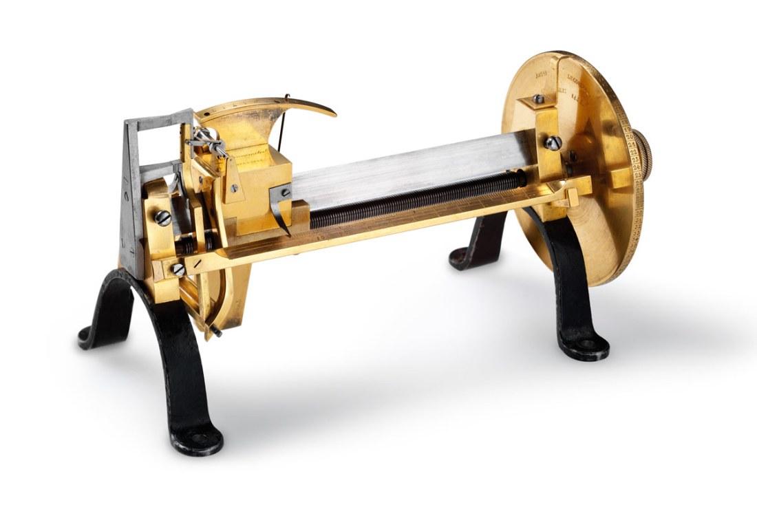Millionometer con piezas doradas y plateadas y sujetadores negros