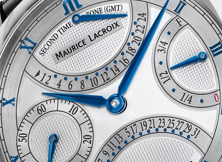 Cartula del reloj Doble Retrograde en color plateado con detalles en color blanco, azul y negro