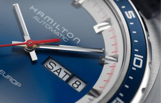 Caratula del reloj Hamilton en color plateada con detalles en azul y blanco