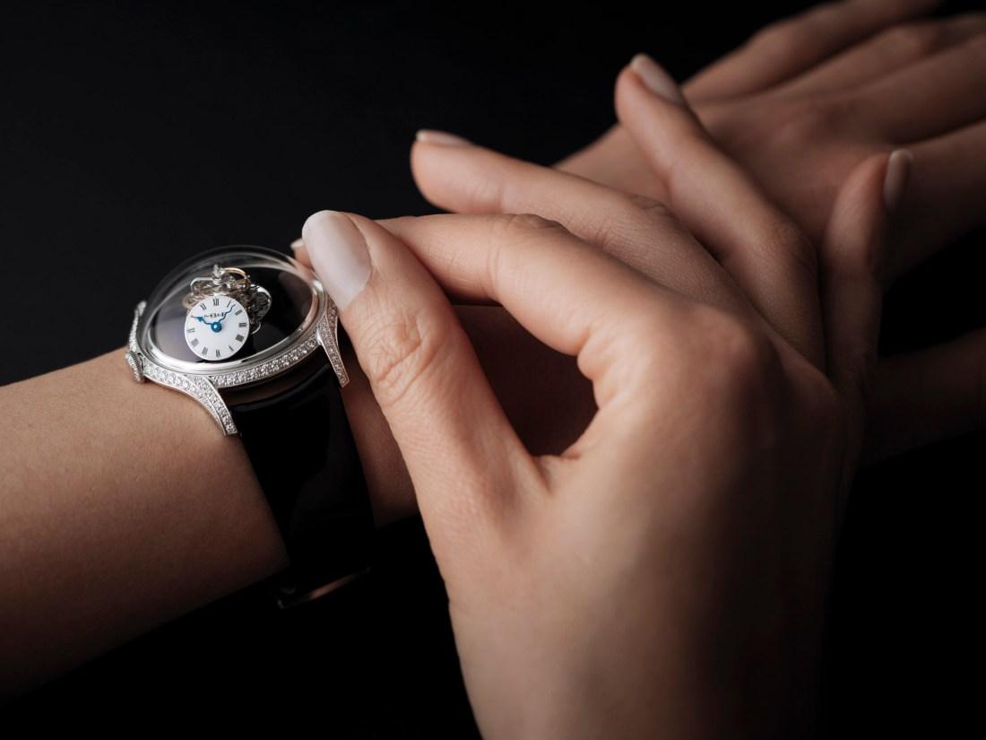 Manos de una mujer con el reloj MB&F