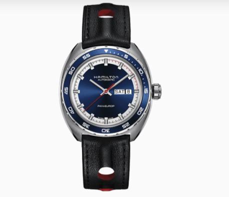 Reloj con correas negras y cartula plateada con detalles en color azul y blanco