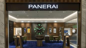 Entrada a la boutique Panerai con un reloj en tono verde fosforescente al fondo