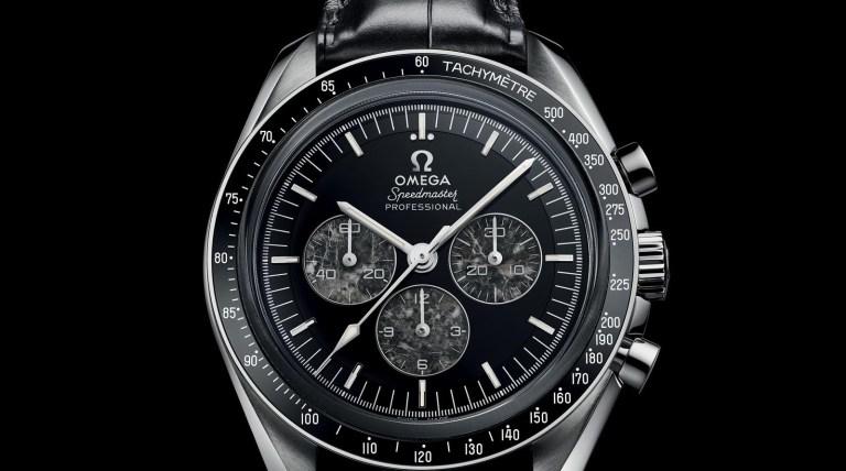 Reloj Omega Speedmaster Moonwatch con correas negras, caja plateada y dial negro con detalles blancos