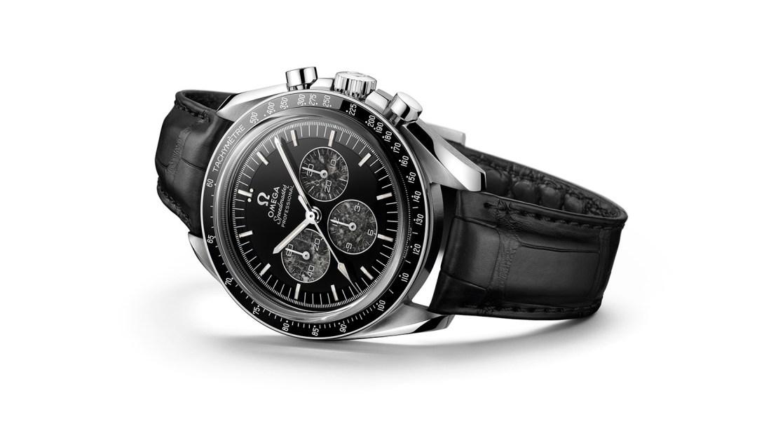 Reloj Omega Speedmaster Moonwatch con correas negras y caja plateada