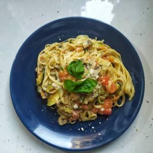 vege linguine tikvice šampinjoni pečurke paradajz mozzarella parmezan bosiljak