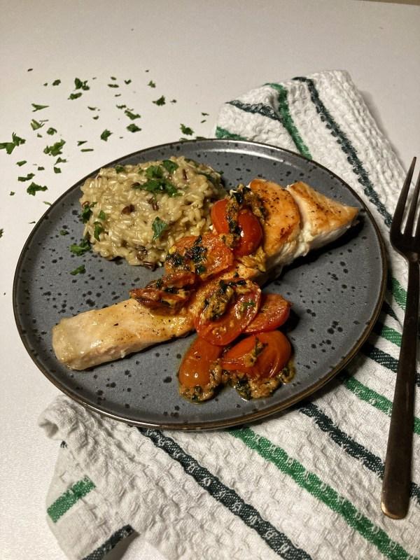 Fileti lososa Čeri paradajz Beli luk Integralni pirinač Dehidrirane pečurke Dižon senf Puter Peršun