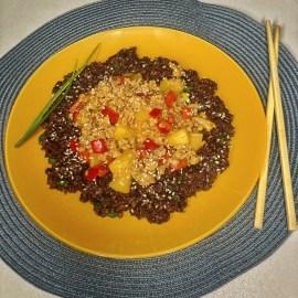 Mlevena svinjetina Crvena paprika Mladi luk Ananas u soku Crni pirinač Hoisin sos Ljuti sos Gustin Susam