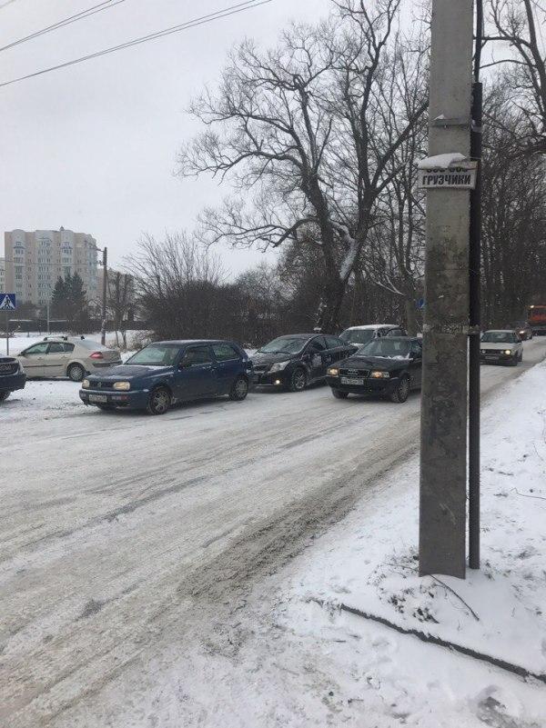 Очевидцы: в Калининграде из-за гололёда на нескольких ...