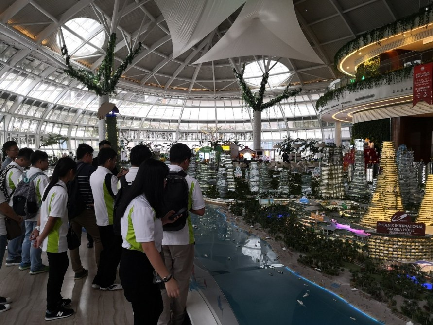 KLT students visiting the huge sales gallery of Forest City project.